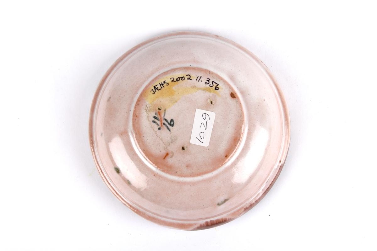 Glasert askebeger med rillet dekor i bunn og utformet kant til å legge sigaretter på.