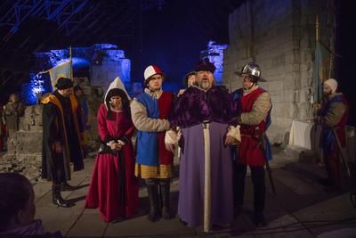 Biskop Mogens tas til fange av Truids soldater. Margrethe følger ham ut.