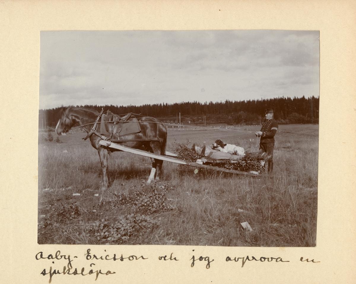 Aaby-Ericsson och Carl Bernadotte af Wisborg vid Kavalleriskolan i Umeå på släpbår efter häst.