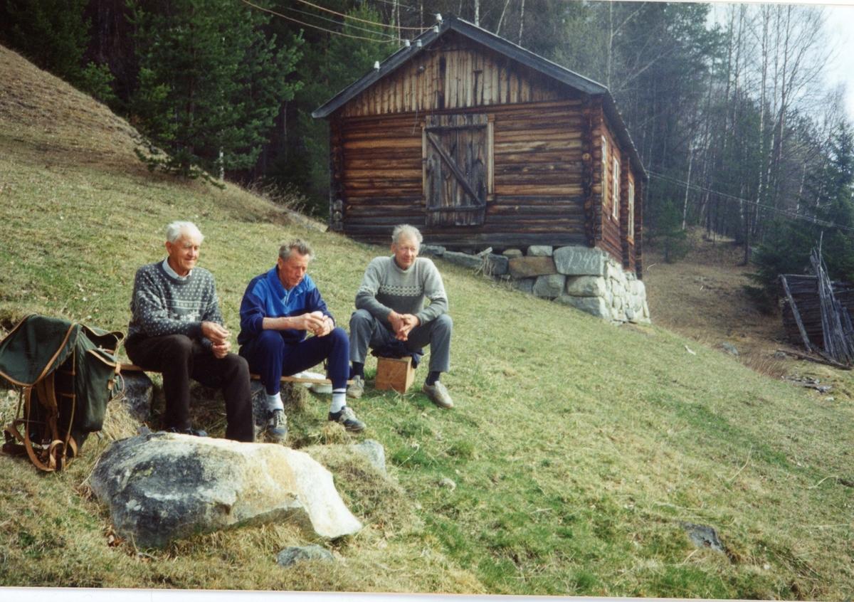 Karer på tur til Ursdalen. frå v.Bjarne Ursdalen,Arnfinn Evjen og Olav Storebråten. Bakenfor ser me snikkestugu i Ursdalen.