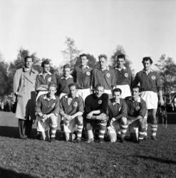 Fotbollsmatch GIF-Marma 1954. Lagbild samt matchbilder.