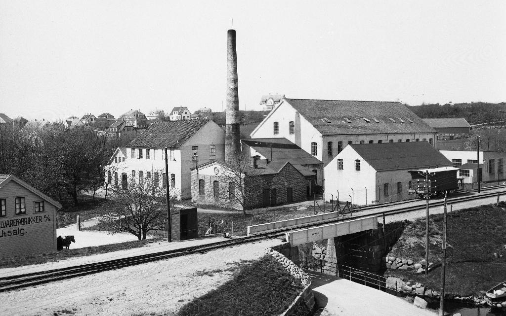 Jæderens Uldvarefabrik med utsalg i bygningen heilt til venstre. Frå 1938 Serigstad A/S.
