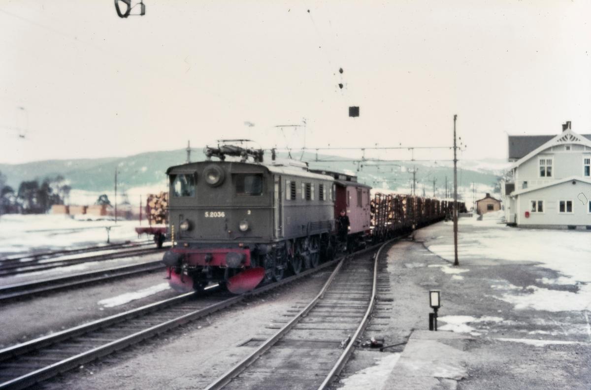 Elektrisk lokomotiv El 5 2036 med godstog på Jevnaker stasjon