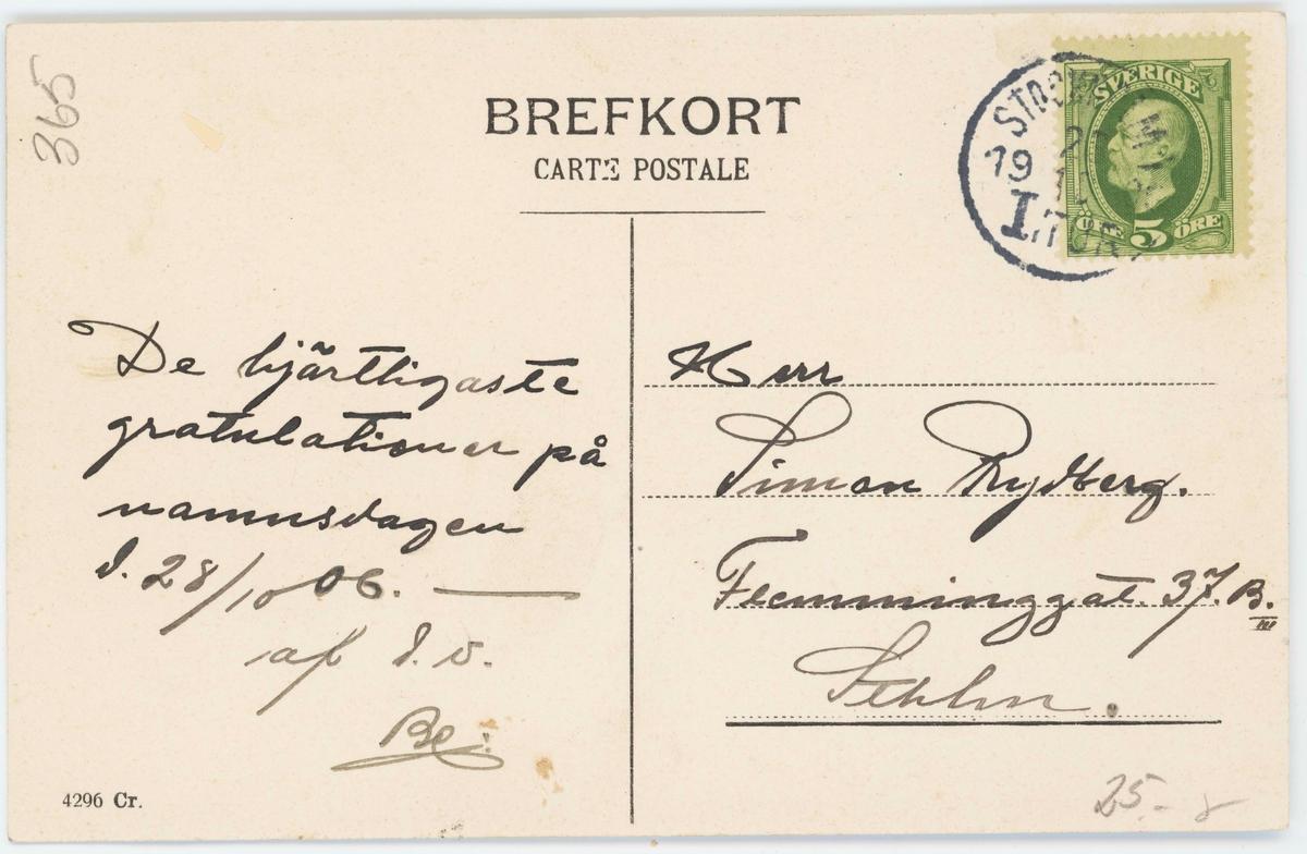 """Vykort med motiv från Skansen. """"Parti vid Bollnässtugan"""". Besökare på en bänk. Kolorerat vykort"""