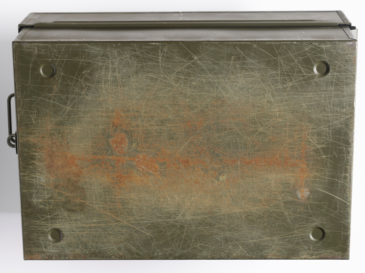 Militærgrønn rektangulær beredskapseske fra arbeidsmarkedsetaten. Det er håndtak på hver kortside av esken. Lokk og bunn kan låses sammen med en hengelås på forsiden. På lokket er det rester av papir som er klistret på. Esken er formet som et slags arkivskap som man kan ta med seg. I bunnen av esken er en skinne der det kan festes mapper.  Innholdet i esken består av en innholdsoversikt, 3 pakker med innhold innpakket i gråpapir, innholdet fra en pakke som er åpnet, 50 tomme mapper, merkelapper og 51 mappeholdere.  NAV-samlingen er en gruppe av gjenstander som har vært anvendt på sosialkontoret (Aetat - NAV) i Skedsmo kommune.