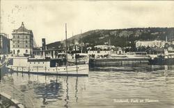 Vykort med motiv över passagerarbåtar vid hamnen i Sundsvall