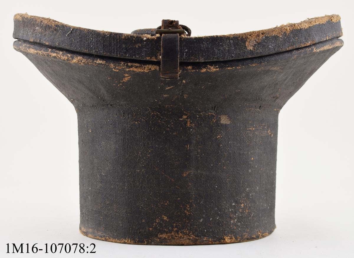 Cylinderhatt i svart sammet med tillhörande hattask. Asken är försedd med remmar och handtag i läder. Föremålen har tidigare märkning BT 141, som är hembygdsföreningens (broddetorps hembygdsförening). Hatten med ask fanns och har förvarats i Bankastuga, Hornborga.