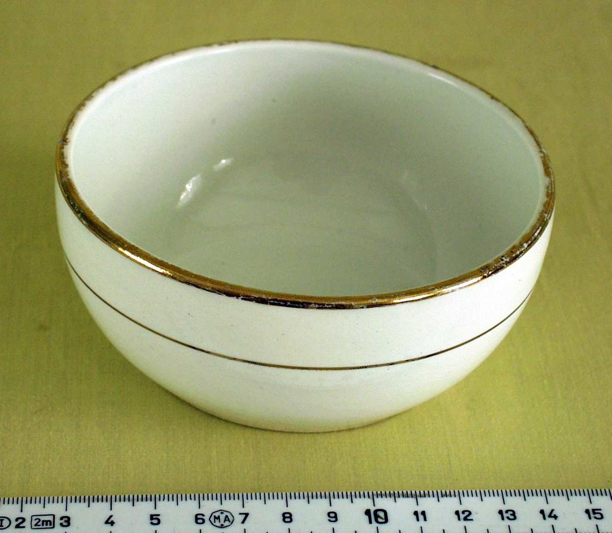 Hvit porselensbolle. Dekorert med to gullstriper.
