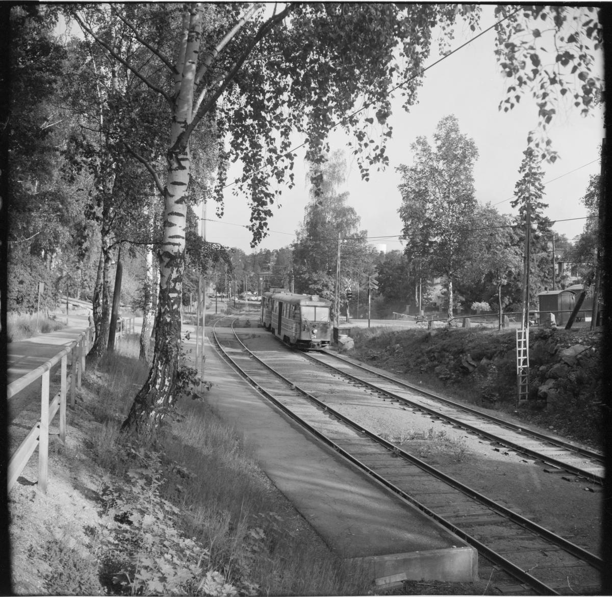 """Lidingö Trafik Aktiebolaget, LiB B24(A) 34 """"ängbyvagn"""" linje 20 Kyrkviken - Ropsten på Lejonvägen."""