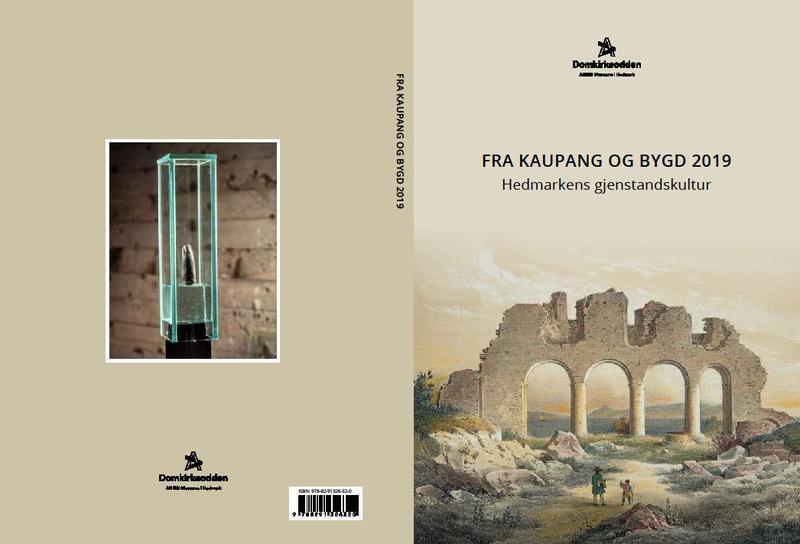 """Bokomslag av boka """"Fra Kaupang og Bygd 2019"""" viser et romantisk maleri av domkirkeruinen på forsida og foto av Djevelens finger på baksida."""