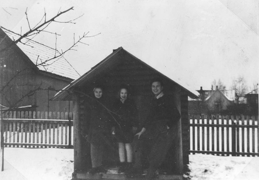 Tre personer på verandaen til lekestuen.