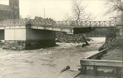 Vykort med motiv över Storbron vid Selångersån under översvä