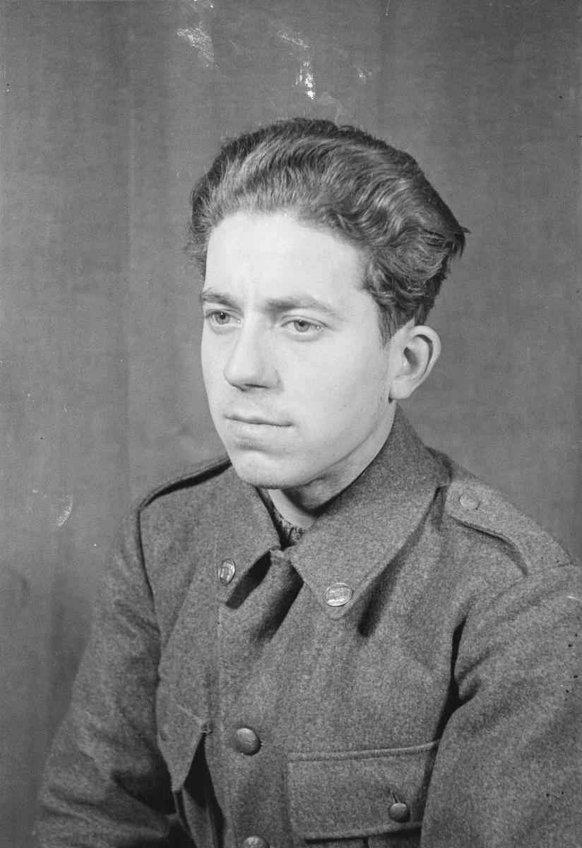 Porträttfoto av soldat Åke Bruno Böschen (nummer 889), mekaniker vid F 19, Svenska frivilligkåren i Finland under finska vinterkriget, 1940.