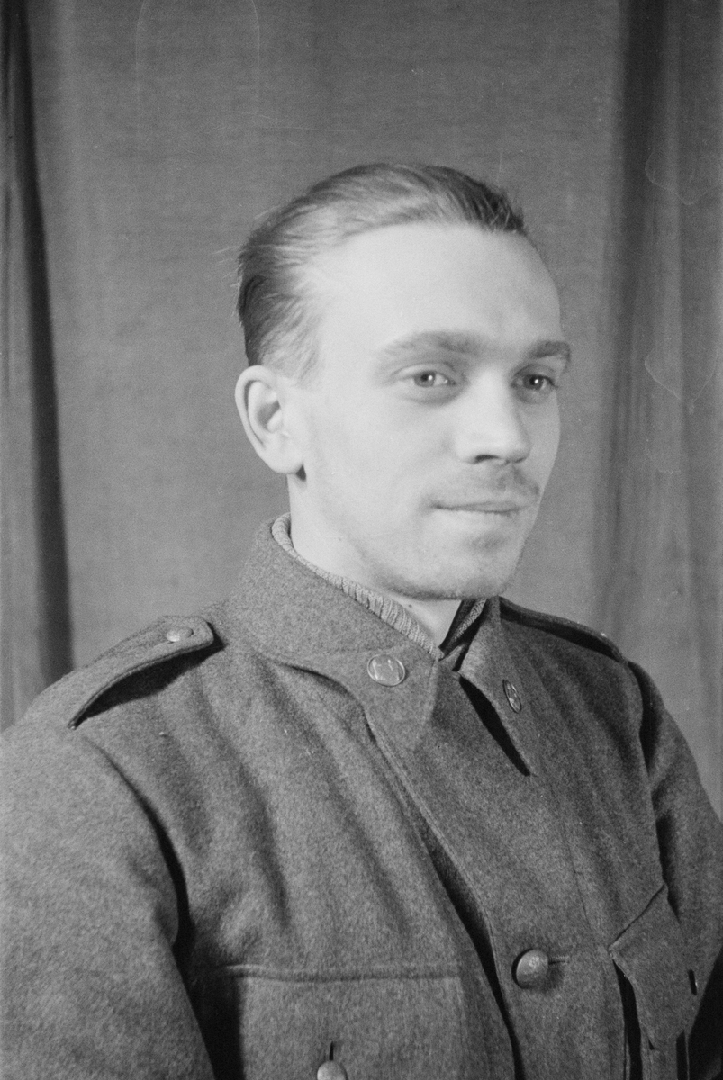 Porträttfoto av soldat Karl Åke Karlsson (nummer 822), chef tankningsavdelning vid F 19, Svenska frivilligkåren i Finland under finska vinterkriget, 1940.