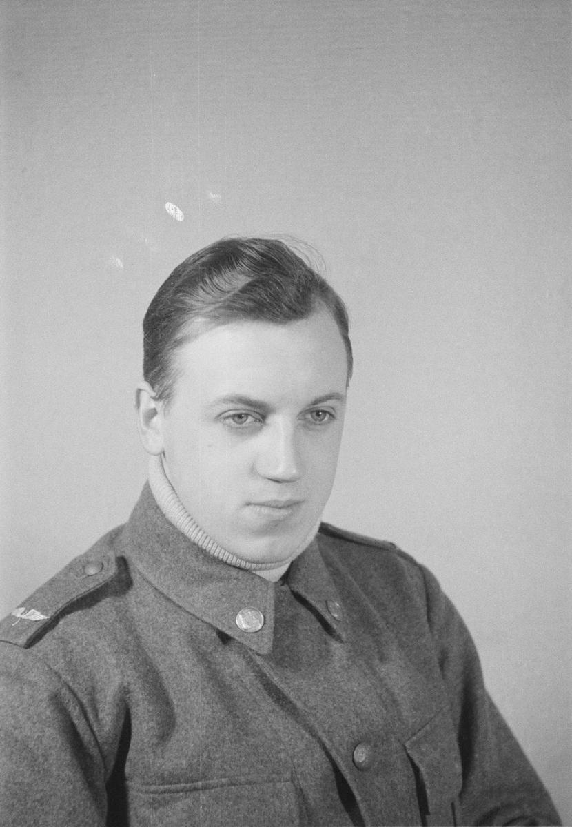 Porträttfoto av soldat Åke Gustaf Fritiof Carlsson (nummer 815), mekaniker vid F 19, Svenska frivilligkåren i Finland under finska vinterkriget, 1940.
