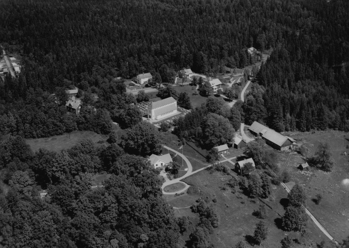 Flygfoto över Stengårdshult i mitten av bilden ser man Stengårdshults kyrka Jönköpings län. Nr 1107/1961