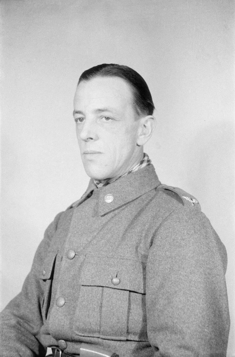 Porträttfoto av soldat Jarl Allan Wildung (nummer 408), bilförare vid F 19, Svenska frivilligkåren i Finland under finska vinterkriget, 1940.