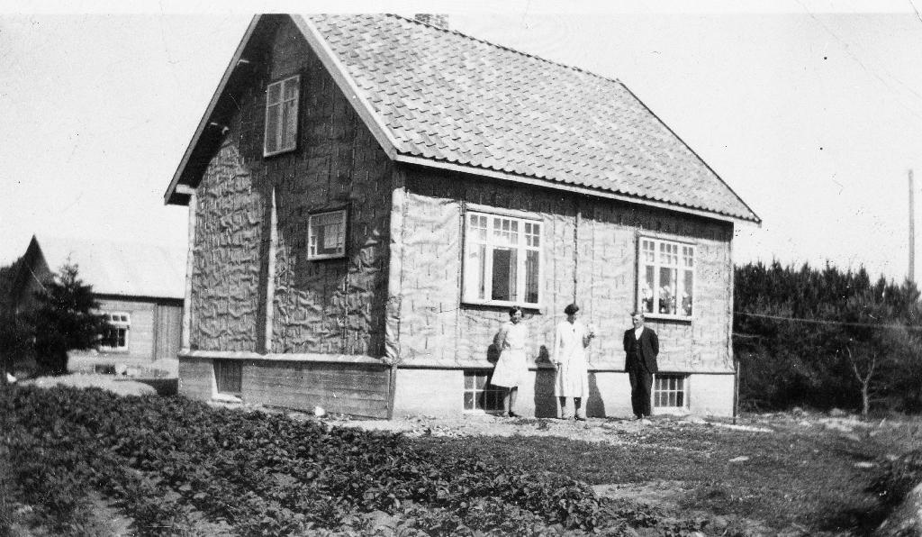 Huset til Gunda og Ragnvald Erga, bygd i 1930. Kledd med tjørepapp før bordkledning.