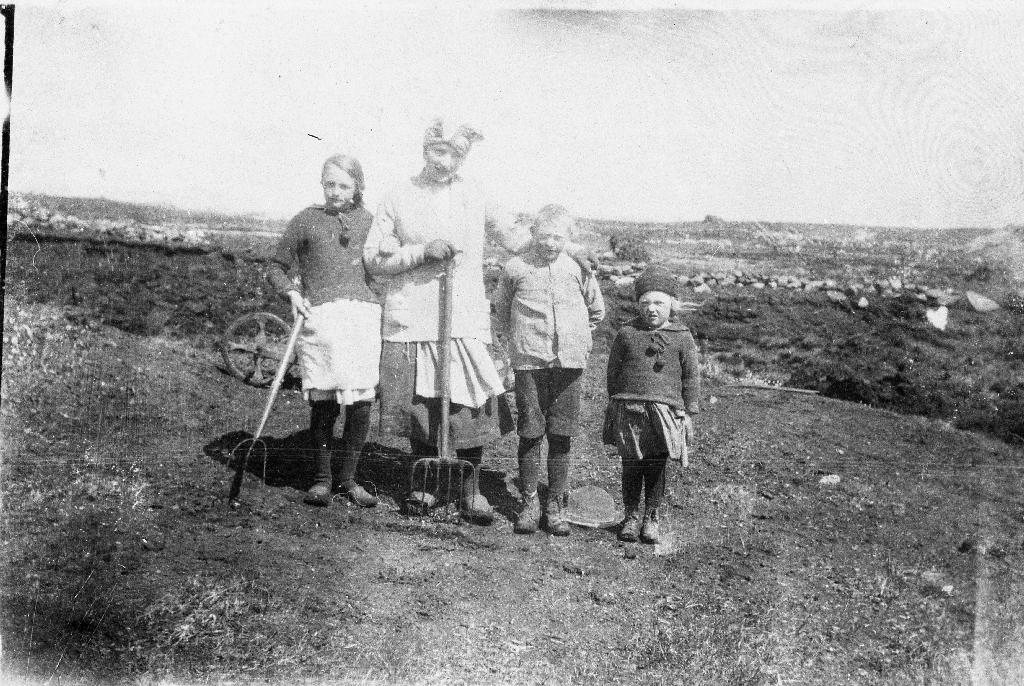 """Frå arbeid i torvmyra, truleg frå """"Lensmannsmarka"""" i Klepp. Borna er frå v. Ester, Anna, Ingvald og Alvhild, alle med etternamn Grude."""