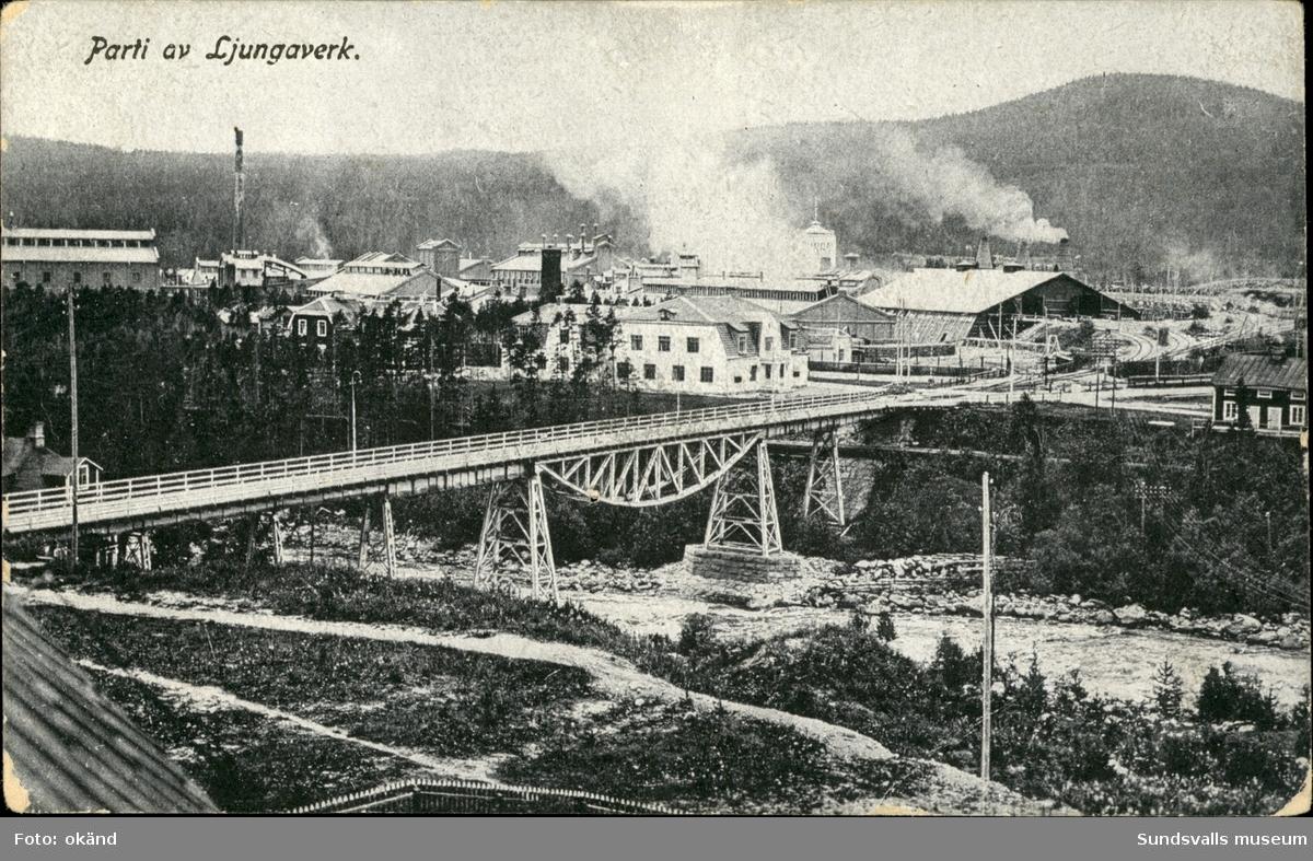 Vykort med motiv över fabriksområdet och gamla järnvägsbron i Ljungaverk.