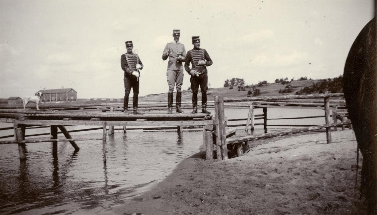 Ryttmästare Stael von Holstein, löjtnant Löwenhielm och löjtnant Cassel vid Stöckesjön.