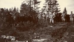 Spaningspatrull från Kavalleriskolan gör halt för fältskjutn