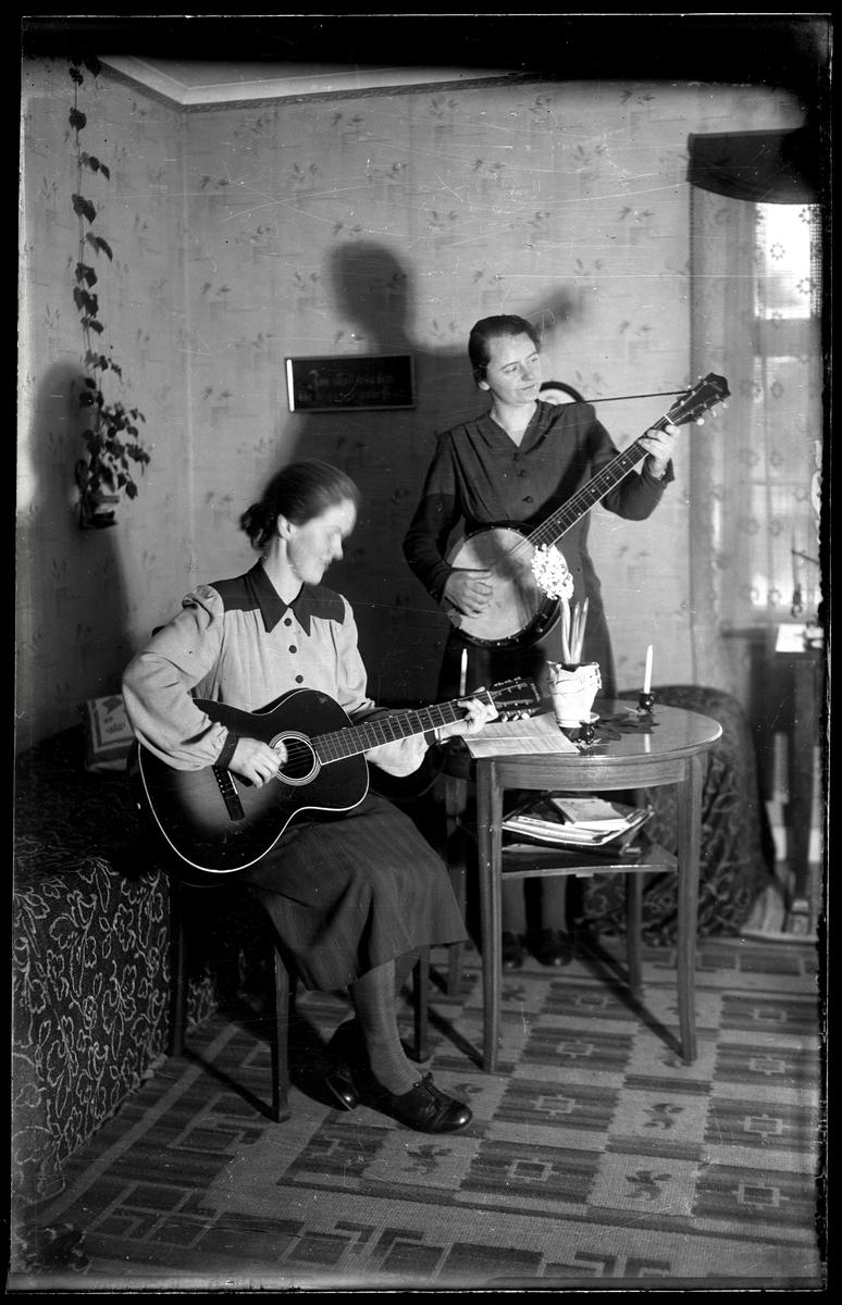 Kvinnor med gitarr och banjo