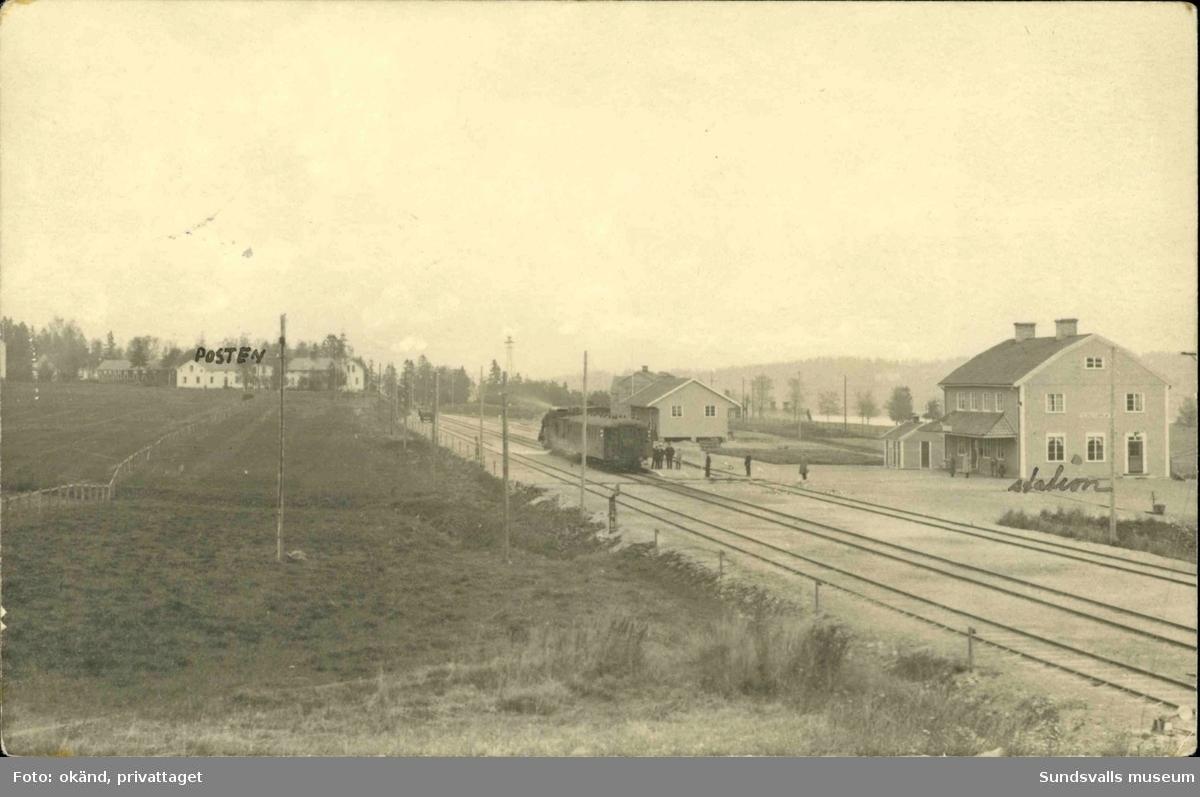 Vykort med motiv över järnvägsstationen och posthuset i Sundsbruk.