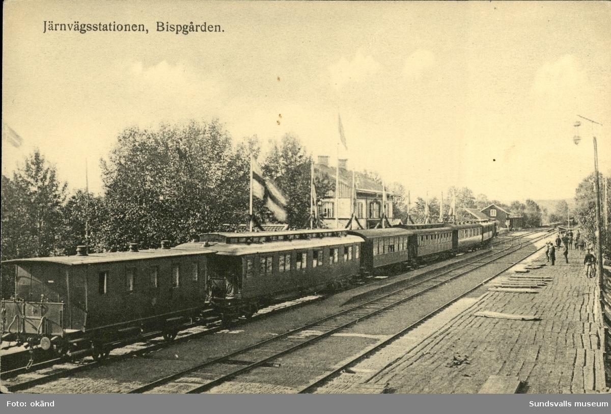 Vykort med motiv över järnvägsstationen i Bispgården.