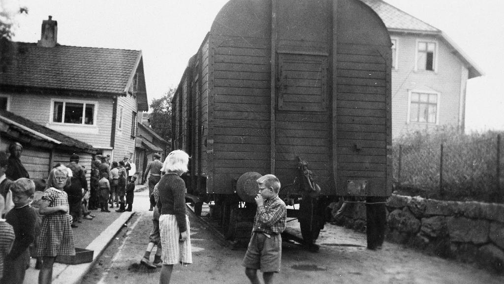 Togavsporing på på Bryne 24.juni 1950. Sjå også 1990.1TIM.33.008 Her er vogna ved fiksebua til Maria Ree. Bakanfor ser ein huset til M. Vaaland. Til høgre for vogna ser ein Time sparebank.