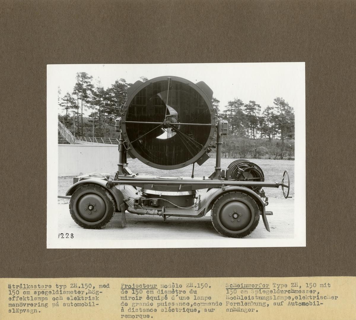 Strålkastare typ ZH 150, med 150 cm spegeldiameter, högeffektlampa och elektrisk manövrering på automobilsläpvagn. Tillverkad av Svenska Instrument Aktiebolaget (SIA).