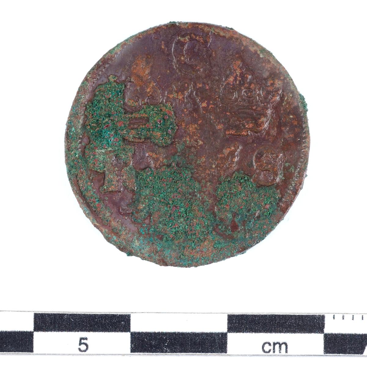 Mynt av kopparlegering. 1 öre. Präglat 1677 under Karl XI regeringstid (1660-1697).