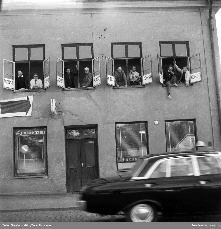 Tre bilder av åtta Sundsvallskonstnärer vid gamla snickerifabriken på norra sidan om Storbron. Första bilden från vänster: Lennart Wennersten, Harry Ekelund, Sixten Wahlgren, Sune Blomqvist, Johan Lundgren, Hans-Eric Öberg, Sven Höglund och Gustaf Walles.