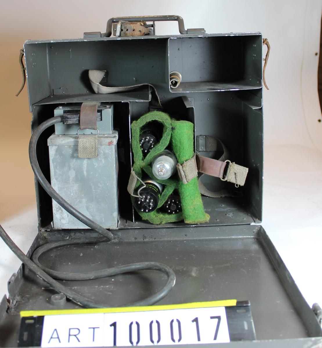 UK station för telefoni. Den första bärbara sändtagare som kunde användas buren av signalisten. Använder frekvensmodulering (FM).   Räckvidd: Normalantenn 8 km. Marschantenn 4 km.  Ombyggd av  Signalverkstäderna i Sundbyberg från USA-originalet.