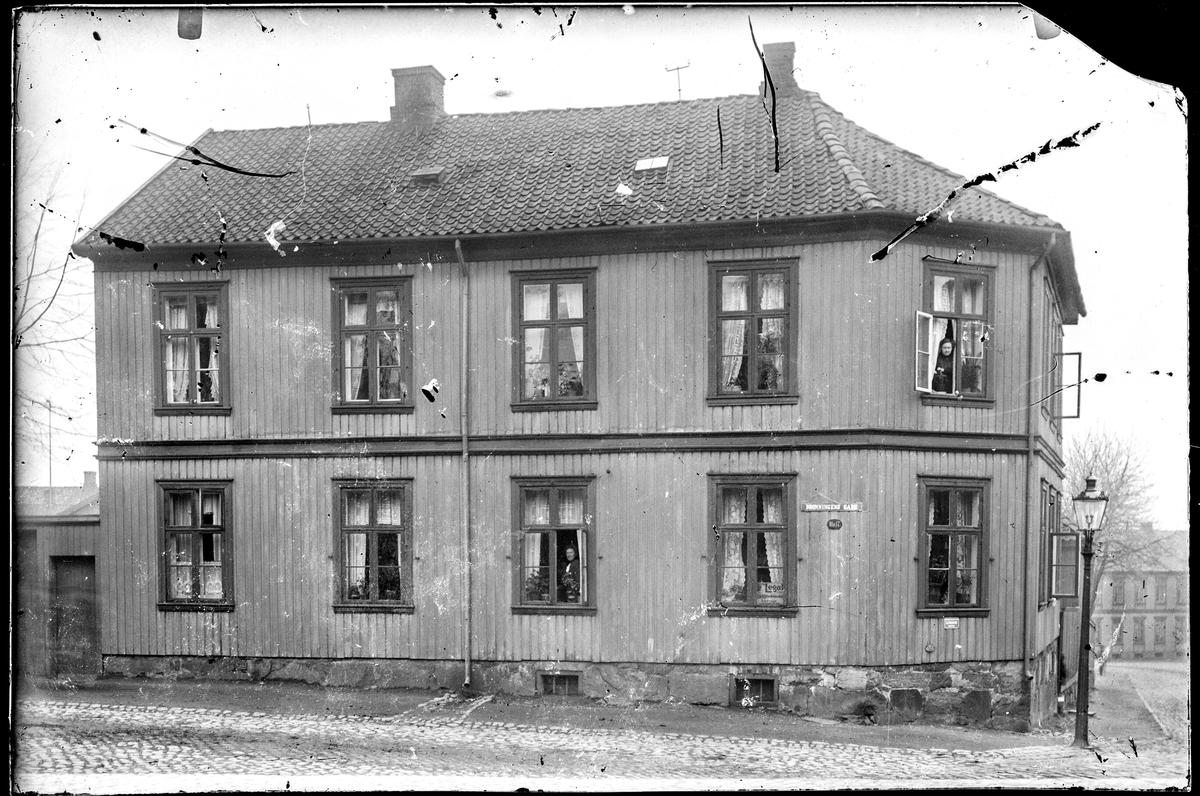 Bildet : svart og hvit, mennesker, kvinne, gate, by