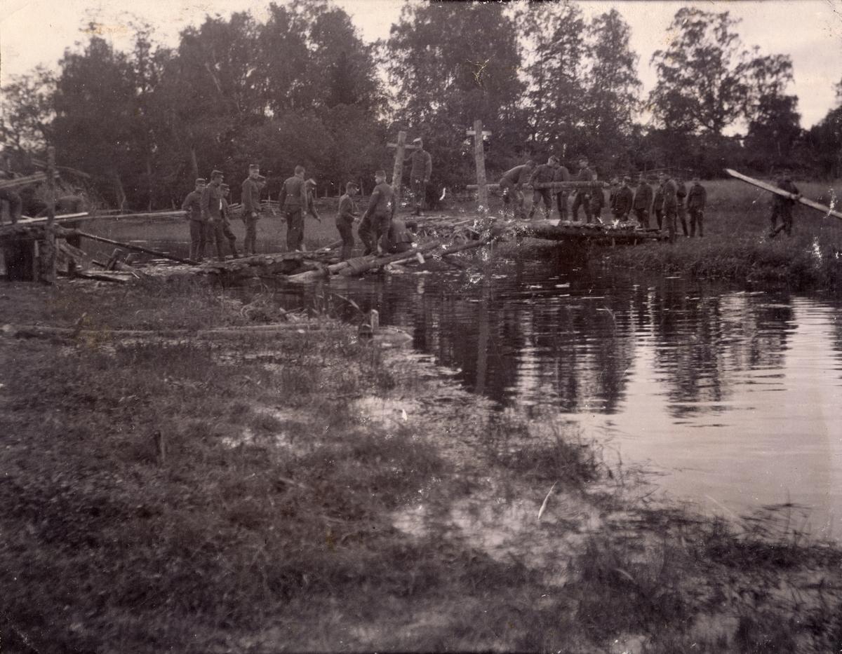 Soldater från Fortifikationen bygger bro över vattendrag.