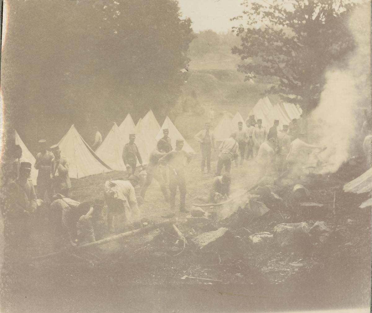 Matlagning i kokgrop utanför tältläger, Fortifikationen.