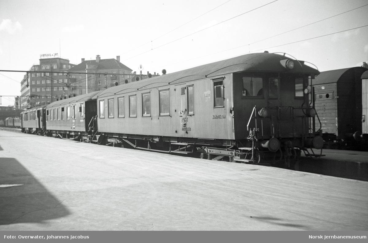 Elektrisk motorvogn Cmeo 102 18501, styrevogn litra CDFo4d nr. 18611 og litra CDFo4d nr. 18612 (nærmest) med persontog på Oslo Vestbanestasjon