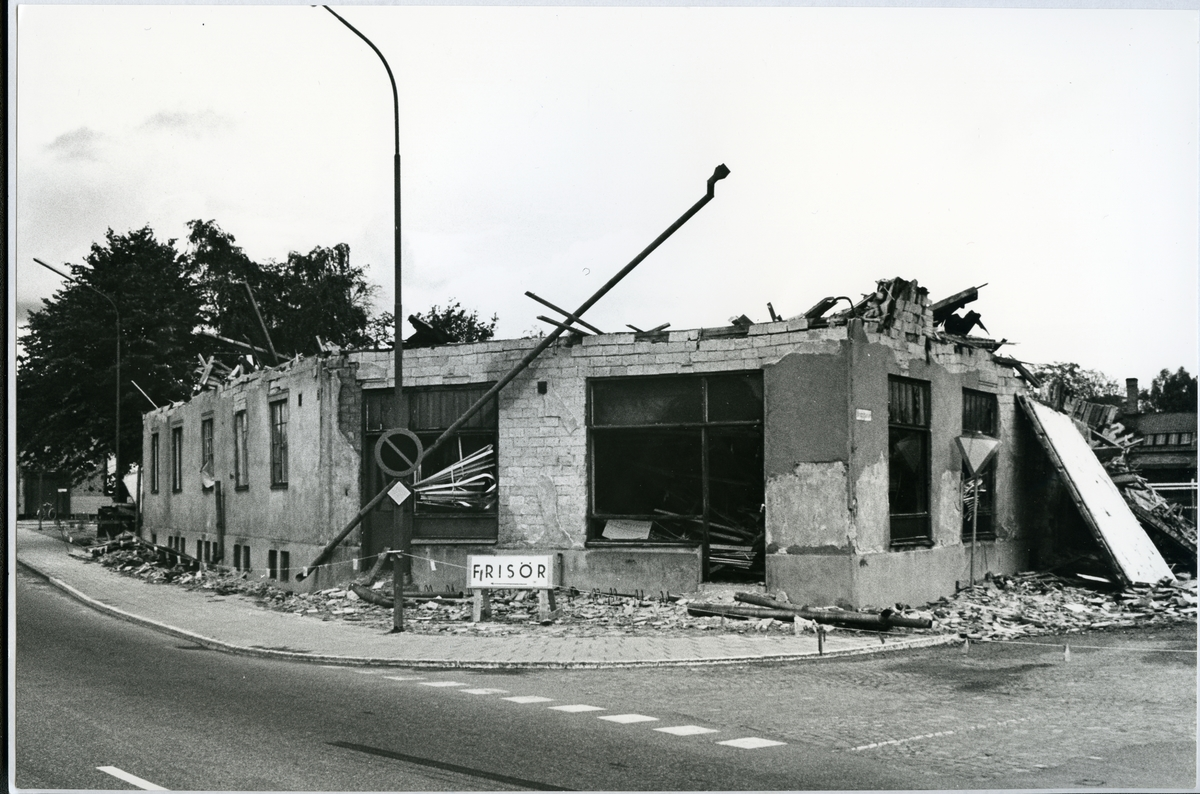 Västerås, Ängsgärdet, kv. Fogsvansen. Halvt riven byggnad i hörnet Malmabergsgatan-Ängsgatan, c:a 1969.