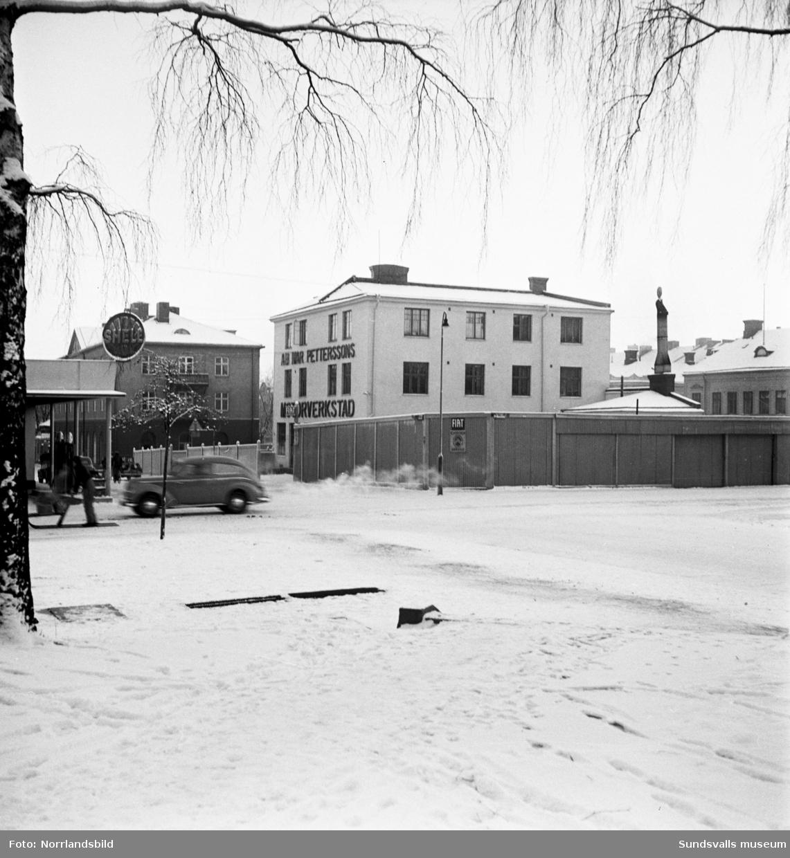 Kvarteret Fliten med Ivar Petterssons motorverkstad, fotograferat från hörnet av Skolhusallén och Kyrkogatan.