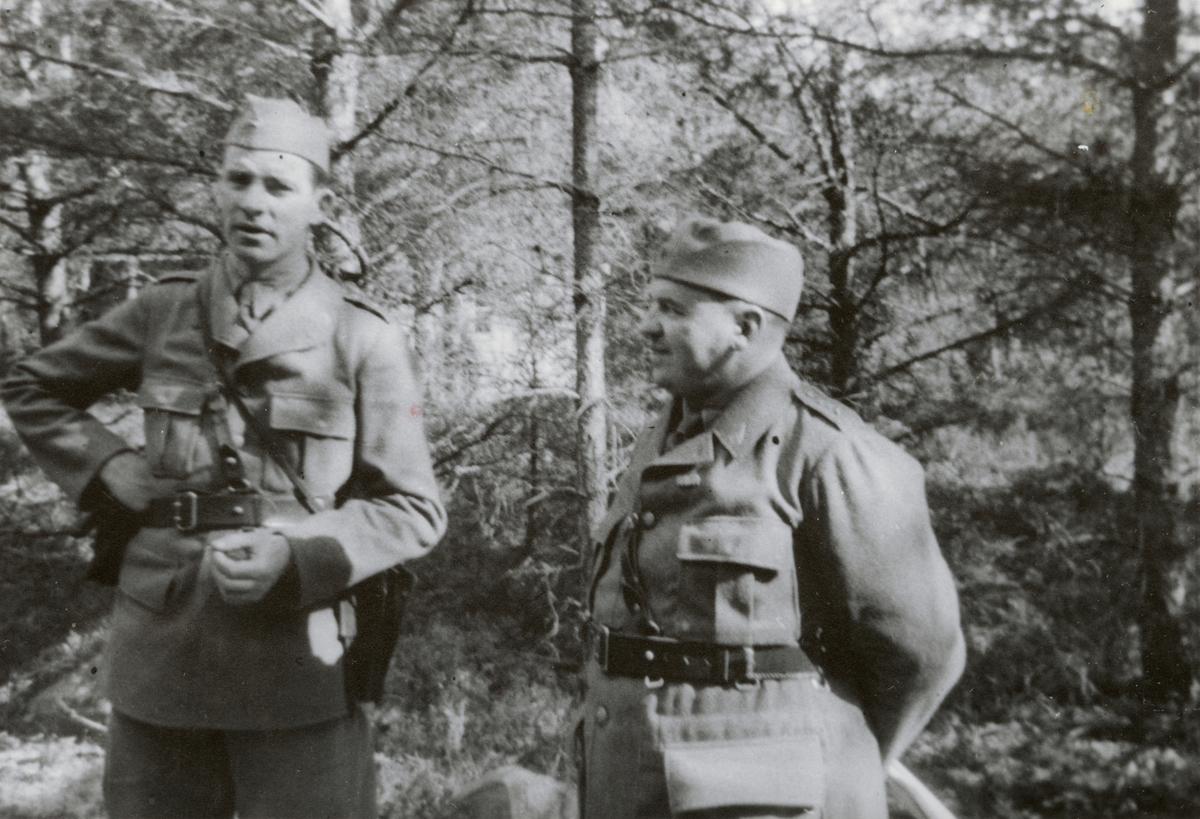 """Text i fotoalbum: """"Beredskapstjänst april-okt 1940 vid Fältpost. Kapten Lundin och Högstedt""""."""