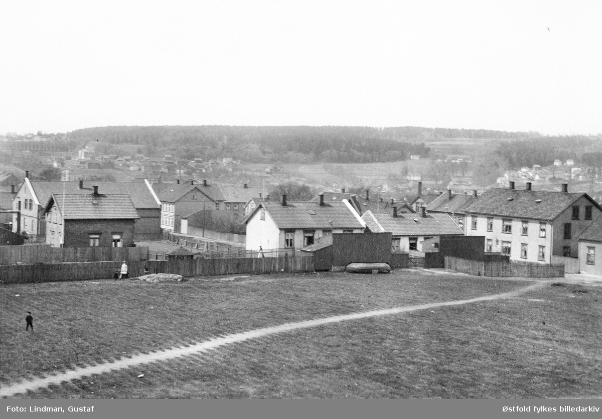 Skarmyra i Moss, 1909 med bolighus. Mot Krabben og Krossern. Personer spaserer på jordet.