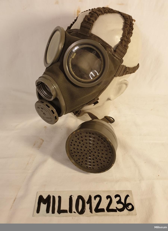 Civilförsvarsgasmask med behållare, filter, beskrivning och extra imskivor.