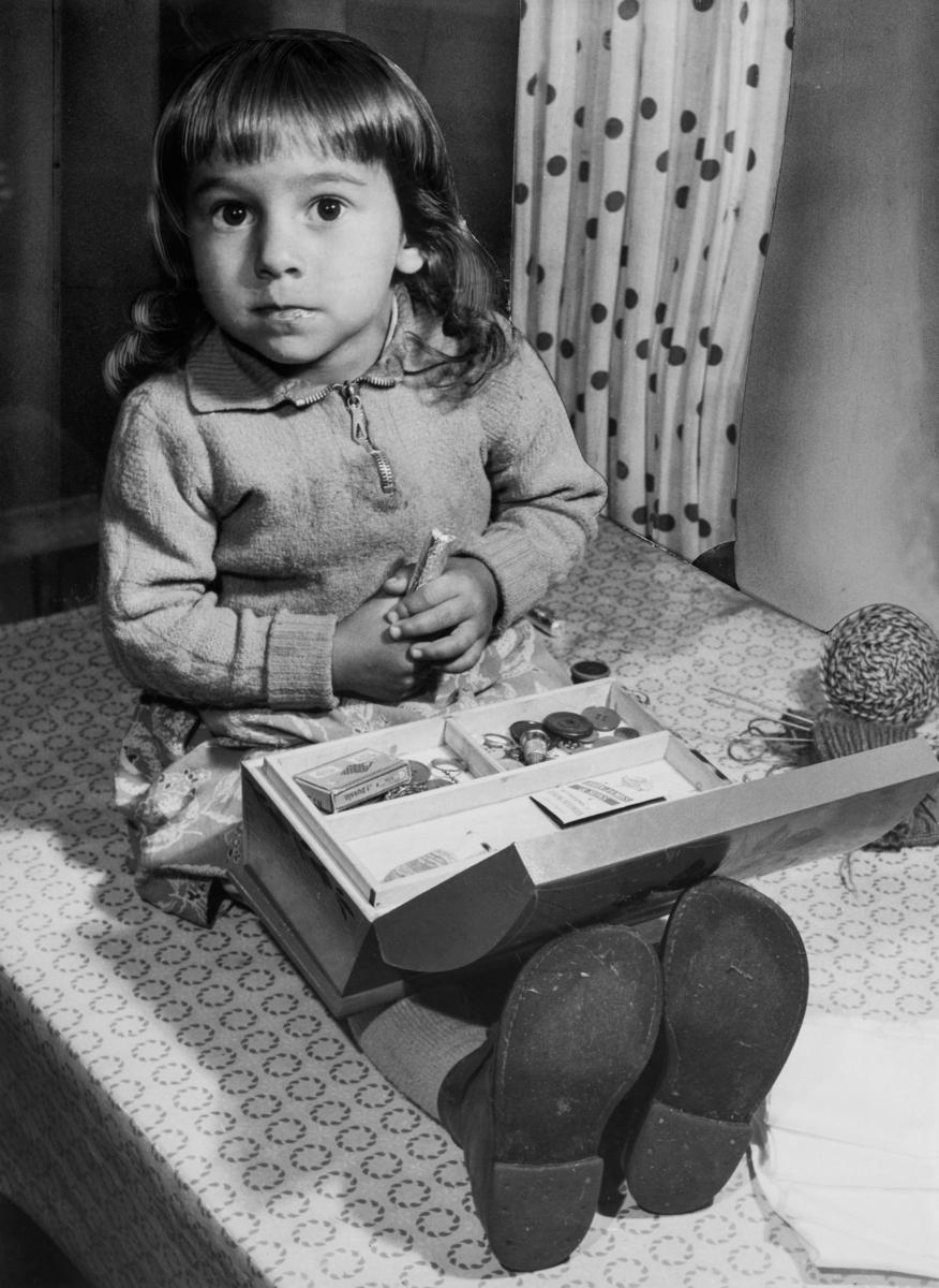 Stiftelsen Svensk Zigenarmission grundades 1945. Missionen grundades av flera religiösa samfund och bedrev ambulerande skola för svenska romer med stöd av staten. Verksamheten skedde främst under somrarna fram till slutet av 1950-talet. En lärare följde då med lägret för att undervisa både barn och vuxna i läsning, skrivning, räkning och sömnad. I en statlig utredning från mitten av 1950-talet konstaterades dock att undervisningen inte var så lyckad. Man led brist på materiella resurser. Ofta fick man ha lektion utan skolbänkar eller svart tavla. Samtidigt hade de större lägren börjat delas upp i mindre, vilket gjorde att färre elever nåddes. Lägren flyttades även femton till tjugo gånger under en och samma undervisningsperiod, vilket försvårade undersvisningen. Zigenarmissionen kritiserades även av den romska gruppen, då man ansåg att romska barn skulle få samma möjligheter att gå i skola som andra svenska barn. Bilden är tagen i samband med missionens sömnadsundervisning.