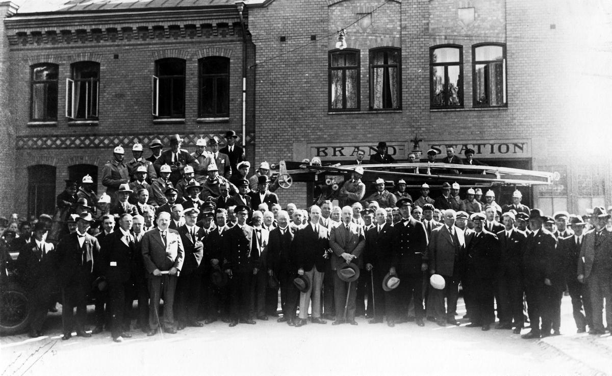 En grupp män står uppställda utanför Alingsås brandstation. Länsförbundets årsmöte i Alingsås 1932.