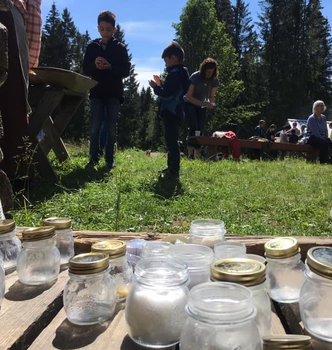 Sommeren 2019 fikk barna som besøkte sætra riste sitt eget smør, akkurat slik det å lage smør og ost var en viktig jobb for budeia som holdt til på sætra hele sommeren i gamle dager.  Foto: Inger Chr Årstad.