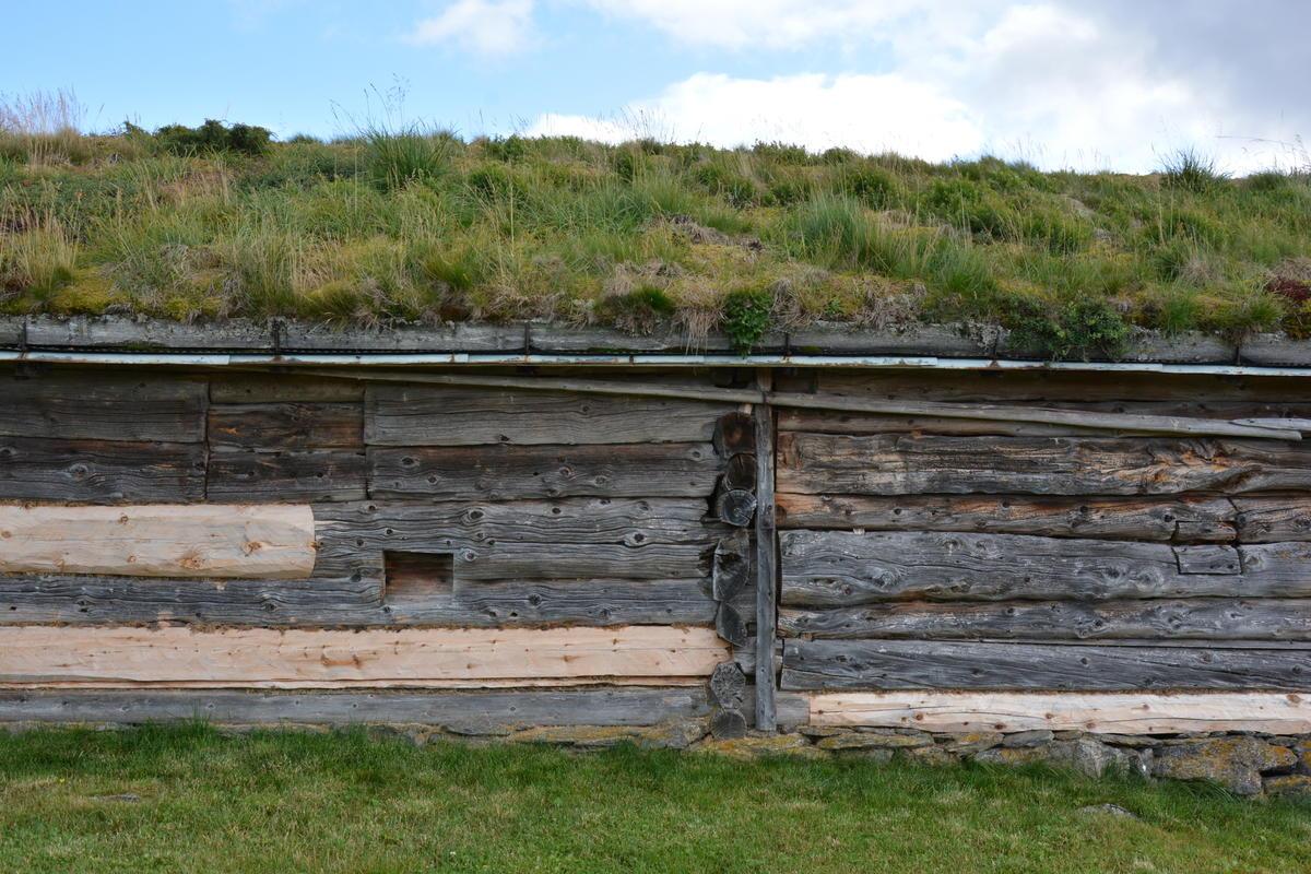 Biletet er take av ei fjøs på Stølsvidda, på Tyrishølt i Ulnes sameige. (Foto/Photo)