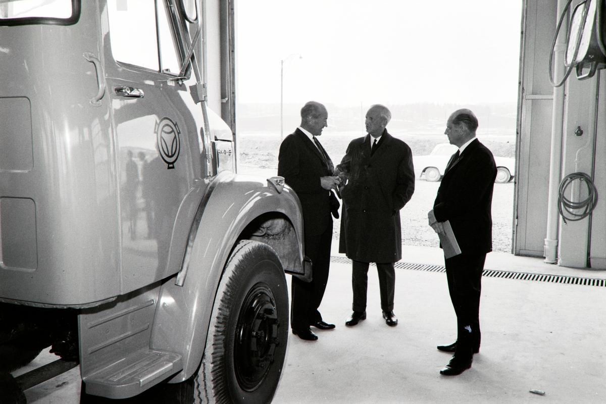 Foto fra åpningen av Norsk Scania-Vabis AS og Hedmark Diesel AS sitt anlegg på midtstranda næringspark ved Hamar i april 1966.