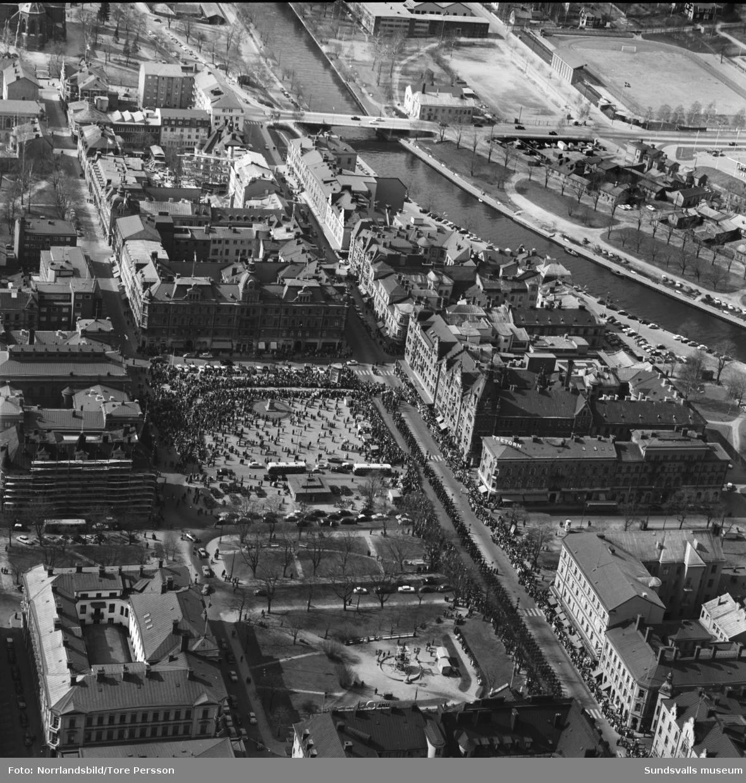 Flygfoton över centrala Sundsvall. På Storgatan och Stora torget pågår 1 maj-demonstrationer.