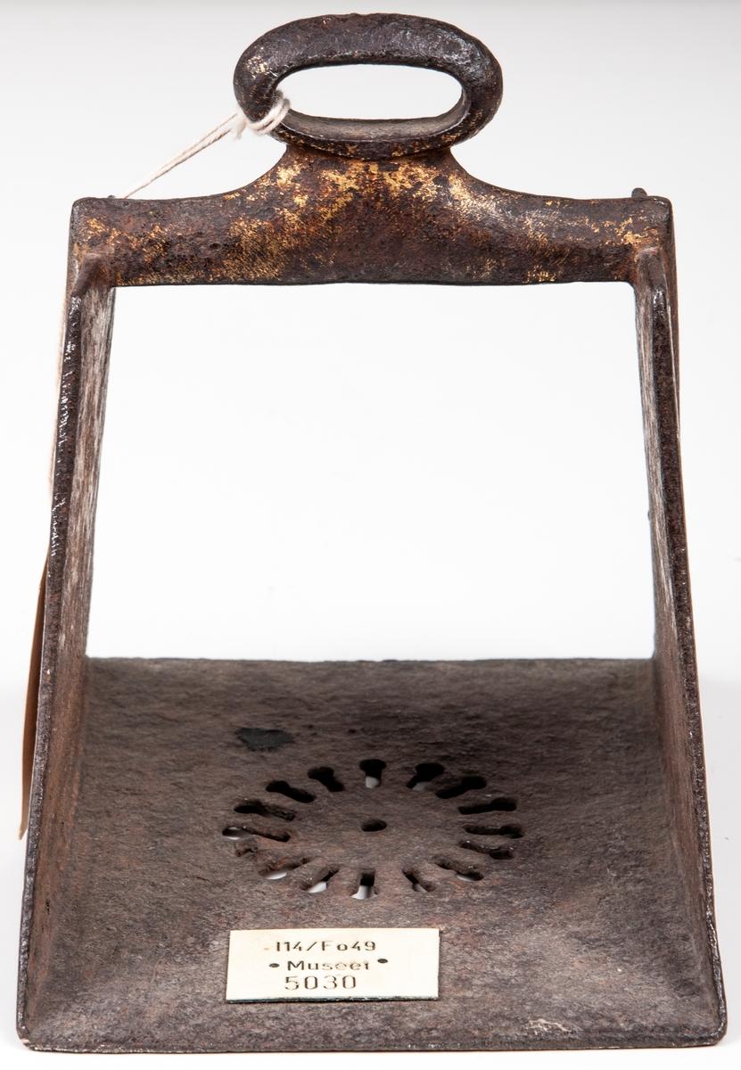 Stigbygel av orientalisk typ, av järn med spår av förgyllning.
